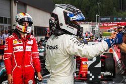 Racewinnaar Valtteri Bottas, Mercedes AMG F1 en tweede plaats Sebastian Vettel, Ferrari vieren feest