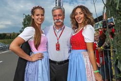 Chase Carey, Chief Executive Officer ed Executive Chairman, Formula One Group con delle ragazze