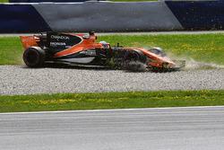 Fernando Alonso, McLaren MCL32 en tête à queue dans les graviers