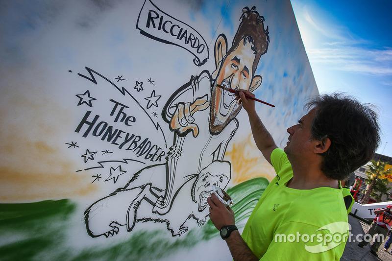 Gran Premio de España: un artista dibuja una caricatura sobre Daniel Ricciardo.