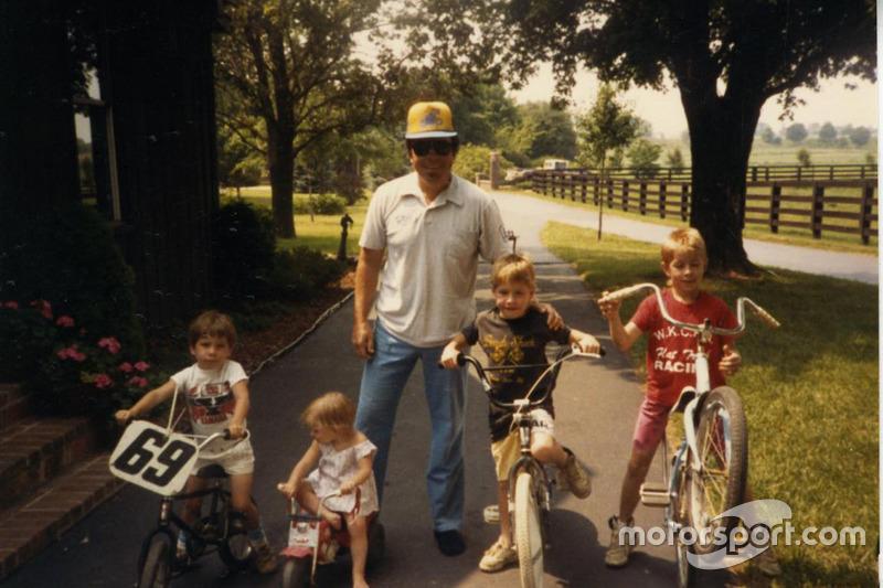 На старых семейных фотографиях Ники сидит на своем велосипеде с табличкой, на которой написан номер 69 – под тем же самым номером «Кентукки-кид» через много лет завоюет титул премьер-класса.