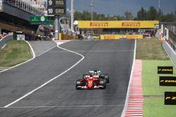 Sebastian Vettel, Ferrari SF70H en lutte avec Lewis Hamilton, Mercedes-Benz F1 W08