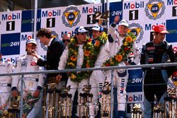 Аллан Макниш, Лоран Аелло и Стефан Ортелли, Porsche 911 GT1-98 на подиуме