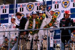 Podio: Allan McNish, Laurent Aiello, Stéphane Ortelli, Porsche 911 GT1-98