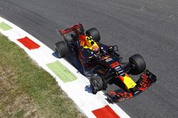 Max Verstappen, Red Bull Racing RB13 con un neumático dañado