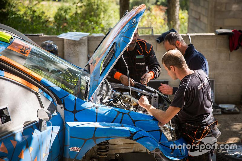 Механики ORECA работают над автомобилем R4