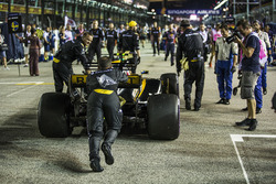 La monoposto di Jolyon Palmer, Renault Sport F1 Team RS17 viene spinta dai meccanici