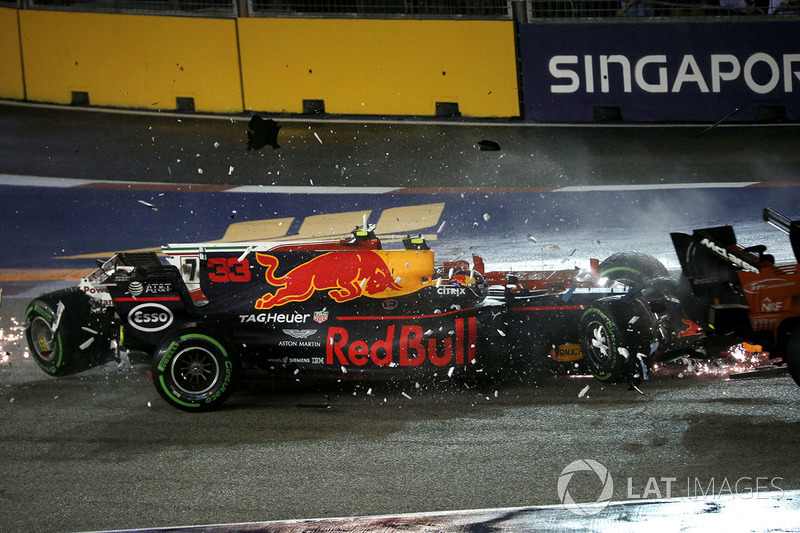 L'incidente tra le monoposto di Kimi Raikkonen, Ferrari SF70H e Max Verstappen, Red Bull Racing RB13