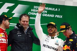 Podium: 2. Sebastian Vettel, Ferrari; Aldo Costa, Chefingenieur, Mercedes AMG; 1. Lewis Hamilton, Me