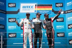 Podium Race 1: Race winnaar Thed Björk, Polestar Cyan Racing, Volvo S60 Polestar TC1, tweede plaats