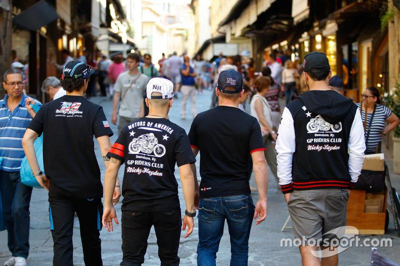 Los pilotos dando un paseo en las transitadas calles de Florencia