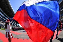 Chica de la parrilla y la bandera rusa