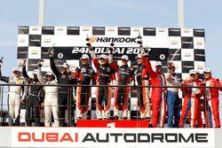 المنصة: الفائز رقم 207 فريق بوفي موتورسبورت المجر: فولفغانغ كوفمان وجاب فان لاجين وهينو بو فريدريكسن