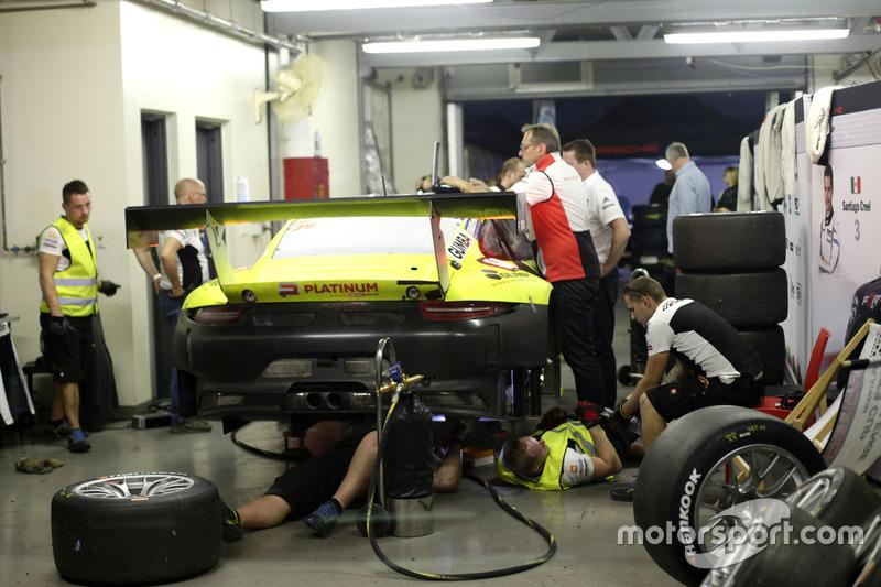 #29 Forch Racing powered by Olimp Porsche 991 GT3 R: Robert Lukas, Marcin Jedlinski, Wolf Henzler, Santiago Creel, Robert Kubica in the garage