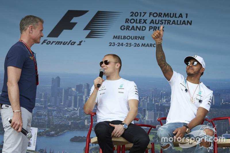 Valtteri Bottas, Mercedes AMG, y Lewis Hamilton, Mercedes AMG, con David Coulthard, Channel 4 F1