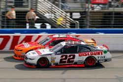 Joey Logano, Team Penske Ford y Kyle Larson, Chip Ganassi Racing Chevrolet
