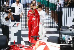 Sebastian Vettel, Ferrari, vainqueur, fête sa victoire dans le Parc Fermé