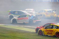 Crash: Andrew Jordan, West Surrey Racing Racing BMW 125i M Sport, Senna Proctor, Power Maxed Racing