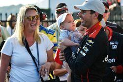 Will Power, Team Penske Chevrolet, Elizabeth Power, Beau Power, fêtent la victoire sur la Victory Lane
