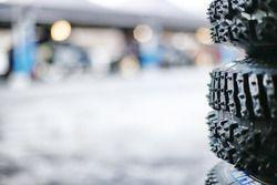 Detail: Winterreifen mit Spikes