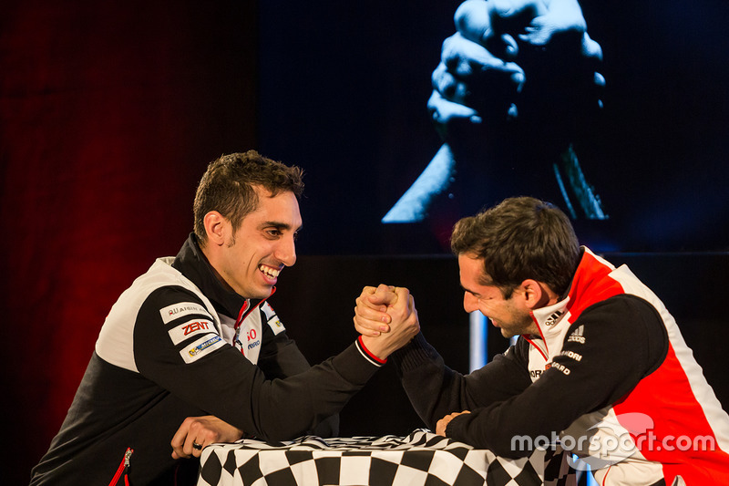 Sébastien Buemi, Toyota Racing, arm wrestles with Neel Jani, Porsche Team