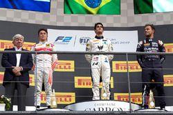 Podio: ganador Sergio Sette Camara, MP Motorsport, segundo lugar Nyck De Vries, Racing Engineering,