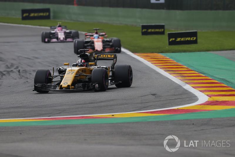 Nico Hulkenberg, Renault Sport F1 Team RS17, Fernando Alonso, McLaren MCL32, Esteban Ocon, Sahara Fo