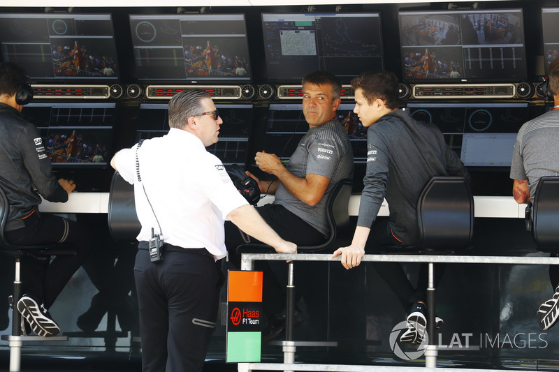 Zak Brown, Executive Director, McLaren Technology Group, habla con el piloto de F3 Lando Norris