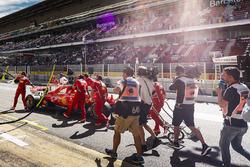 Meccanici spingono la monoposto di Sebastian Vettel, Ferrari SF70H