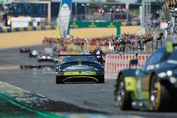 Bandera a cuadros para #97 Aston Martin Racing Aston Martin Vantage: Darren Turner, Jonathan Adam, D