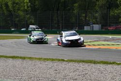 Daniel Nagy, Zengo Motorsport, in lotta per la posizione con Kevin Gleason, RC Motorsport