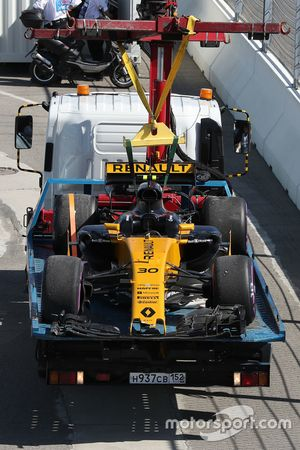 The crashed car of Jolyon Palmer, Renault Sport F1 Team RS17 is recovered by marshals