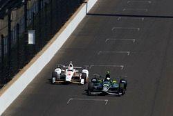 Juan Pablo Montoya, Team Penske, Chevrolet; Helio Castroneves, Team Penske, Chevrolet