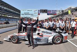 1. beim Boxenstoppwettbewerb: Will Power, Team Penske, Chevrolet, mit Crewmitgliedern