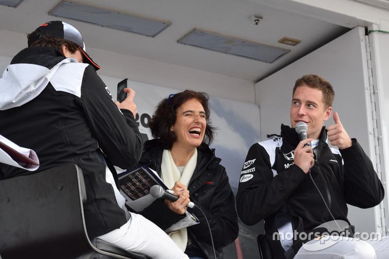 動画を撮るフェルナンド・アロンソと笑顔で応えるストフェル・バンドーン