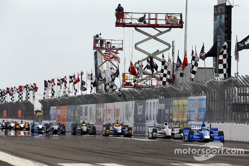 Tony Kanaan, Chip Ganassi Racing Honda lidera a Josef Newgarden, Team Penske Chevrolet