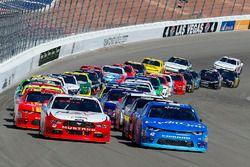 Ripartenza: Kyle Larson, Chip Ganassi Racing Chevrolet, Joey Logano, Team Penske Ford