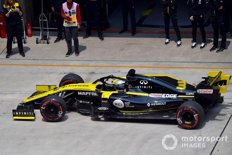 Daniel Ricciardo, Renault F1 Team R.S.19, in the pit lane