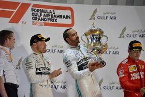 Lewis Hamilton, Mercedes AMG F1, vainqueur, soulève son trophée