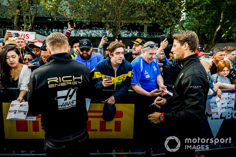 Kevin Magnussen, Haas F1 Team e Romain Grosjean, Haas F1 Team, firmano autografi ai tifosi all'evento a Federation Square