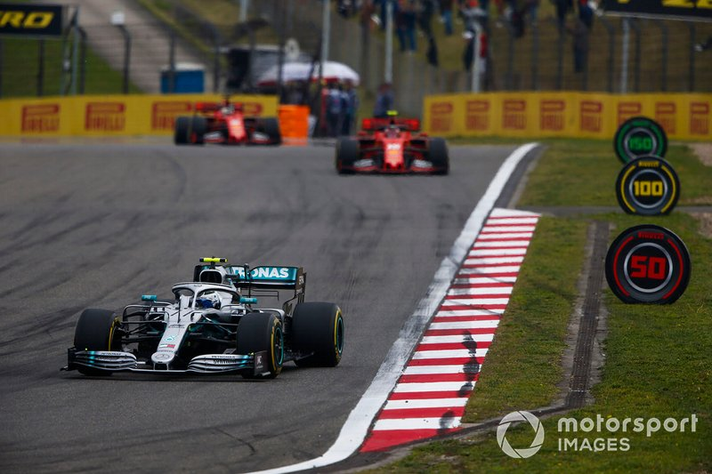 Valtteri Bottas, Mercedes AMG W10, devance Charles Leclerc, Ferrari SF90, et Sebastian Vettel, Ferrari SF90