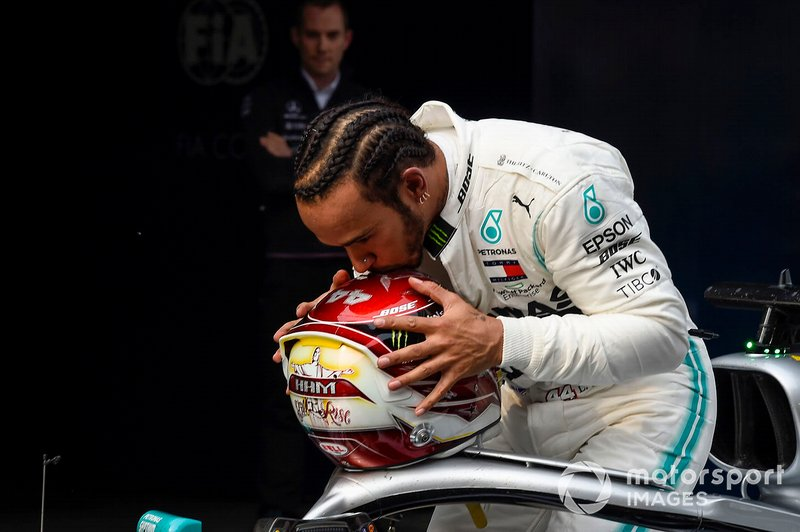 Lewis Hamilton, Mercedes AMG F1, vincitore, bacia il casco al Parco Chiuso