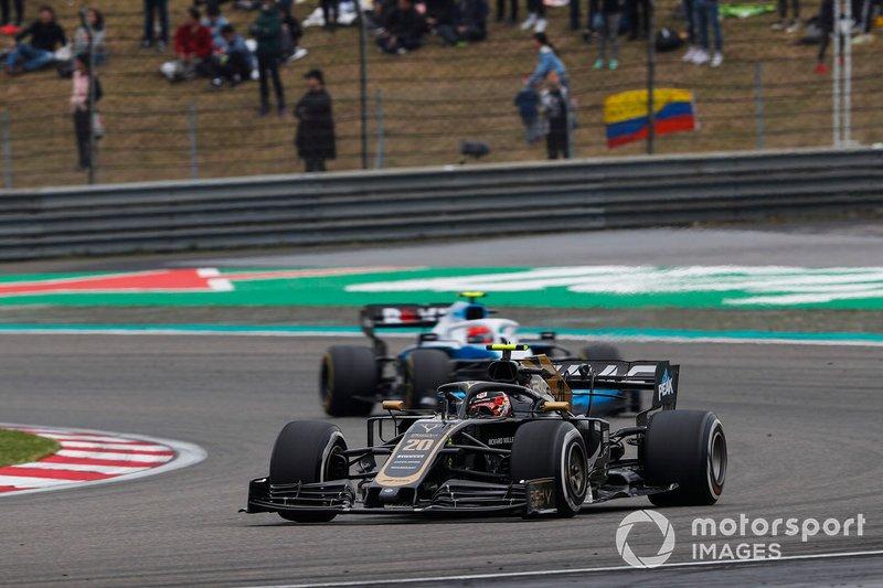 Kevin Magnussen, Haas F1 Team VF-19, leads Robert Kubica, Williams FW42