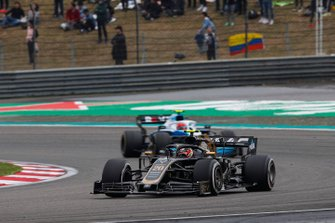 Kevin Magnussen, Haas F1 Team VF-19, leads Robert Kubica, Williams FW42