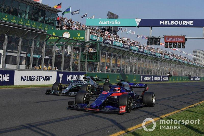 Daniil Kvyat, Toro Rosso STR14, lascia passare Valtteri Bottas, Mercedes AMG W10