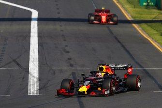 Max Verstappen, Red Bull Racing RB15 voor Charles Leclerc, Ferrari SF90