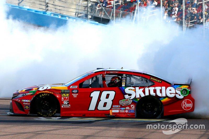 Ganador Kyle Busch, Joe Gibbs Racing, Toyota Camry SKITTLES