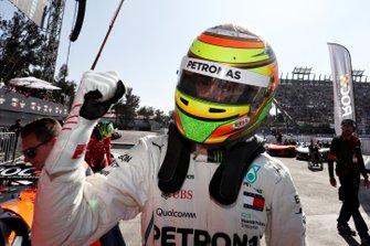 Esteban Gutierrez festeggia dopo aver vinto una gara