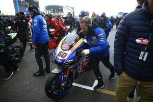 La moto di Michael van der Mark, Pata Yamaha viene portata via dalla griglia di partenza