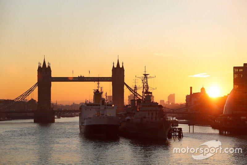 """El """"paddock flotante"""" en Santa Elena atracó en Londres junto al HMS Belfast"""